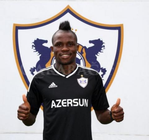 Donald Guerrier signs his contract extension with Qarabag