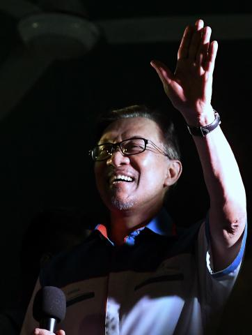 Anwar Erases Doubts On Working With Dr M