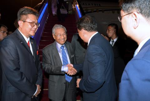 Malaysian PMDr Mahathir Arrives In Hangzhou to Begin Five-day China Visit