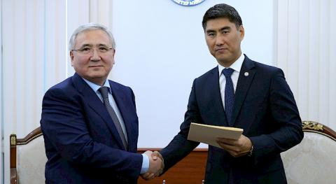 Newly appointed Kazakh ambassador hands over copies of credentials to Kyrgyz FM