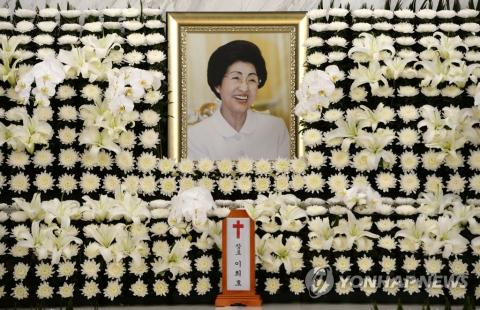 Politicians, gov't officials mourn death of former first lady