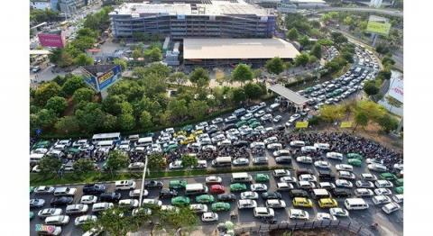 Traffic jams often occur on streets leading to Tan Son Nhat airport in HCM City. The city plans to expand the airport to both the south and north. (Photo: VNA)