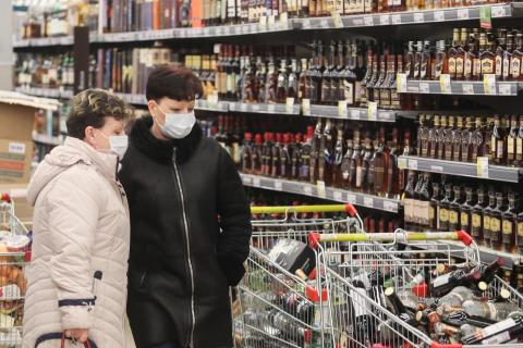 Russians begin buying alcohol more often amid pandemic, study reveals