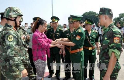 Chinese border guard force handed over a human trafficker to Vietnamese border guard force. Illustrative photo (Source: VNA)