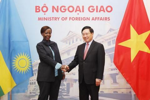 Deputy Prime Minister and Foreign Minister Pham Binh Minh (R) shakes hands with Minister of Foreign Affairs and Cooperation Louise Mushikiwabo of the Republic of Rwanda (Photo: VNA)