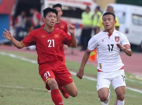 A Vietnamese footballer (L) in the match (Source: VNA)