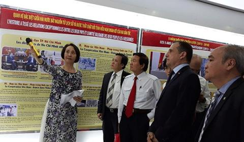 Visitors to an exhibition on Vietnam-France relations as part of the Vietnam – France Culture and Friendship Week in HCM City (Photo: voh.com.vn)