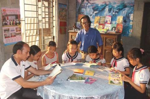 Vietnamese farmer opens home library for community